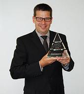 Thomas Guglhör, Geschäftsführer der ept GmbH, mit dem Award der Continental AG