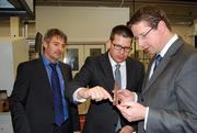 Stephan Stracke (rechts) erhielt tiefe Einblicke in die Fertigung von Steckverbindern. Hier mit Geschäftsführer Thomas Guglhör (Mitte) und Betriebsleiter Rolf Finsterwalder (links)