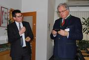 ept-Geschäftsführer Thomas Guglhör (links) erklärt Regierungspräsident Christoph Hillenbrand die Einsatzgebiete von Steckverbindern