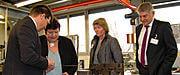 Geschäftsführer Thomas Guglhör (links) zeigt Landrätin Andrea Jochner-Weiß, Justina Eibl (Leiterin der Stabsstelle Wirtschaftsförderung LRA Weilheim) und Bürgermeister Michael Asam während des Betriebsrundganges die einzelnen Fertigungsprozesse.