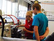 Anna Holzmann, Azubi Werkzeugmechanikerin, erklärt Ihren Arbeitsbereich.