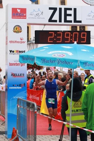 Triathlet beim Einlauf ins Ziel